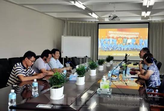 戴志全处长等一行听取了鑫海矿装行政总监韩卿旺的工作汇报。