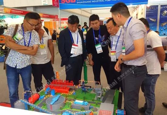 现场展示的选厂模型迎来众多来宾的驻足