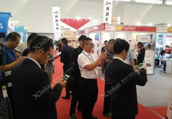 """鑫海矿装设立的微信""""幸运大转盘""""互动活动,备受众多来宾的欢迎。"""