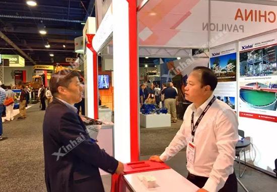 董事长张云龙正在为前来咨询选矿工艺的客户提供技术分析。