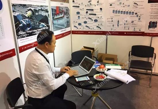 张云龙先生会在电脑上根据客户提供的信息