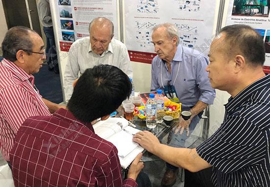 鑫海矿装董事长张云龙先生与客户交流